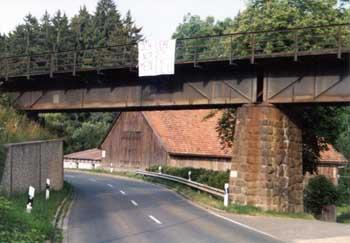 Liebeserklärung an der Eisenbahnbrücke